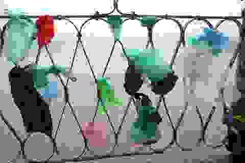 Hà Nội: Cầu qua sông Hồng treo đầy túi rác sau ngày ông Công ông Táo