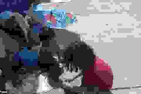 """Clip """"cậu bé cởi giày và tất tặng cho người bạn vô gia cư"""" gây sốt dân mạng"""