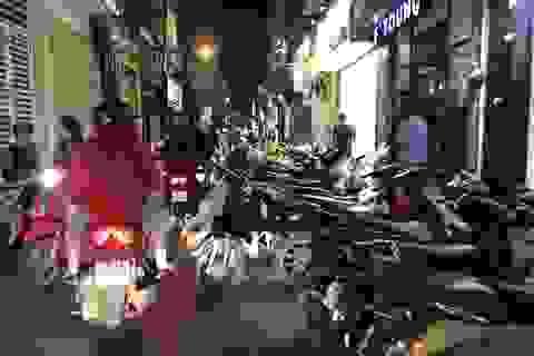 Xếp xe ra giữa đường, người Hà Nội kéo nhau đi sắm quần áo Tết