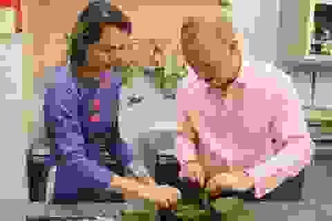 Đại sứ Anh chuẩn bị cơm tất niên với bánh chưng, hành muối
