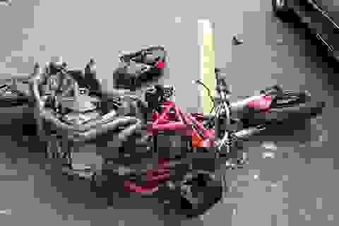 Sau va chạm với container, tài xế mô tô Ducati thoát chết ngoạn mục