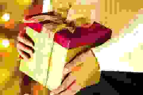Vợ chồng mất Tết vì mua quà biếu sếp