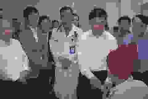 """Chủ tịch tỉnh Nghệ An """"vi hành"""" chúc Tết bệnh nhân đêm giao thừa"""