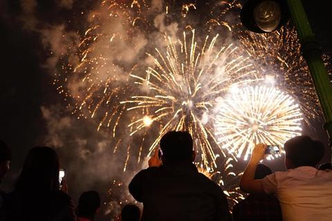Pháo hoa rực sáng bầu trời, chào đón năm mới Kỷ Hợi