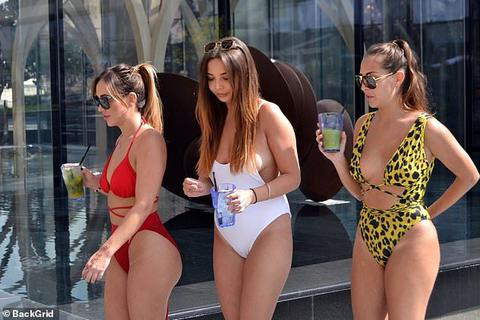 Chloe Goodman nóng bỏng bên các chị em gái