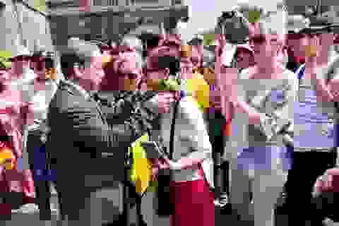 Chủ tịch tỉnh Thừa Thiên Huế đón khách du lịch tại cửa Ngọ Môn ngày đầu năm mới