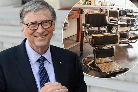 """Gây """"sốc"""" vụ đi mua khoai tây chiên, tỷ phú Bill Gates lại gây chú ý khi cắt tóc vẫn xếp hàng"""