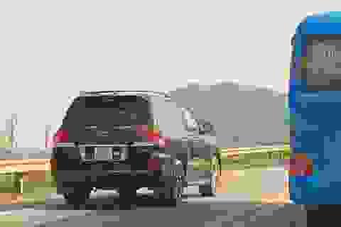 """Ô tô """"đua nhau"""" vượt ẩu trên cao tốc Nội Bài - Lào Cai"""