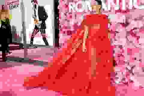 Miley Cyrus quyến rũ như công chúa với váy đỏ