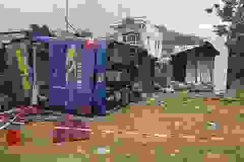 Xe khách chở hơn 30 người đâm nhà dân, lật nhào sau tiếng nổ lớn