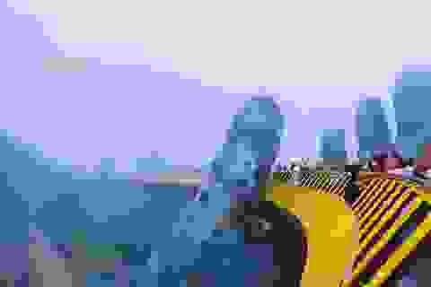 Cầu Vàng Đà Nẵng ẩn hiện trong sương khiến du khách mê mẩn