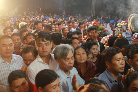 Đền Trần Thanh Hóa phát 10.000 lá ấn cho người dân và du khách