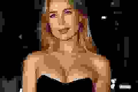 Kimberley Garner khoe ngực căng tròn