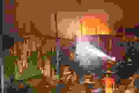 Hơn 100 cảnh sát cật lực chữa cháy tại 2 nhà máy giấy