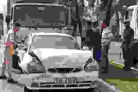 Tài xế xe tải ngủ gục, tông vào đuôi 5 ô tô đang chờ đèn đỏ