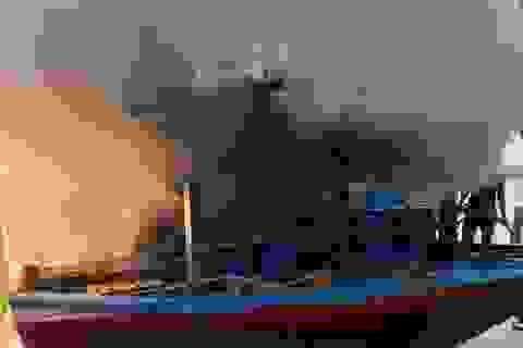 Tàu cá chứa 8.000 lít dầu bốc cháy dữ dội