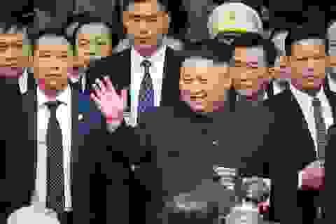 Ảnh Chủ tịch Kim Jong-un vẫy chào người dân tại Đồng Đăng trên báo quốc tế