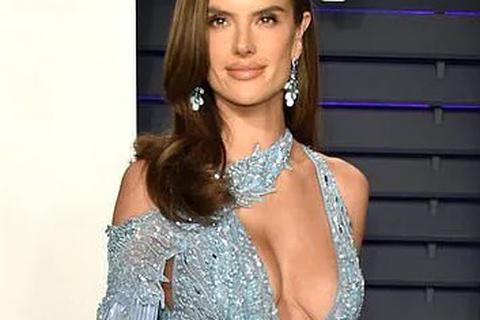Alessandra Ambrosio khoe ngực căng đầy