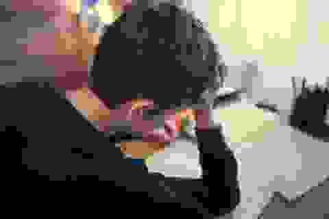 Bé trai 8 tuổi bị cha dùng dao đâm vì... không làm bài tập về nhà