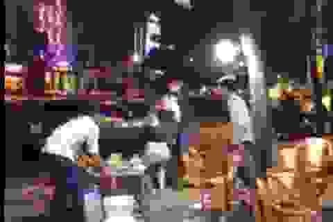 Bức xúc clip nam thanh niên ném ly vào mặt, đánh bạn gái vì bị chia tay