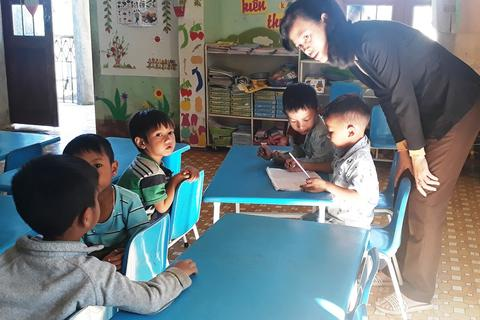 """Giáo viên trẻ cắm bản: Thầy cô phải vào làng """"xin"""" ăn"""