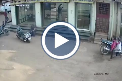 Bé trai 2 tuổi rơi từ tầng 3 xuống đất và cái kết may mắn