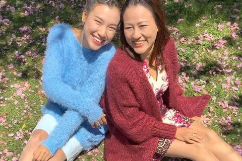 Á hậu Hoàng Oanh xúc động kể về điều cô thực hiện được cho mẹ sau 10 năm vào showbiz