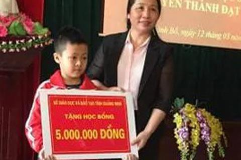 Bộ trưởng Phùng Xuân Nhạ gửi thư khen cậu bé vùng cao vượt 100km đi học tiếng Anh