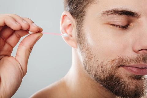 Một người đàn ông làm sạch tai bằng tăm bông… bị nhiễm trùng trong hộp sọ