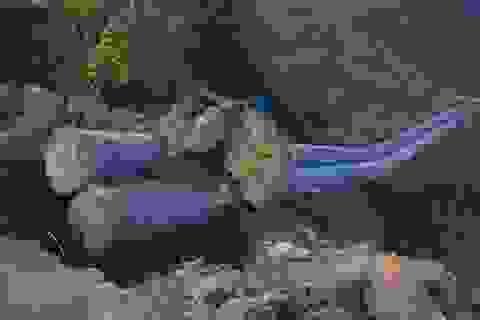 Cột điện đổ đè 2 người thương vong