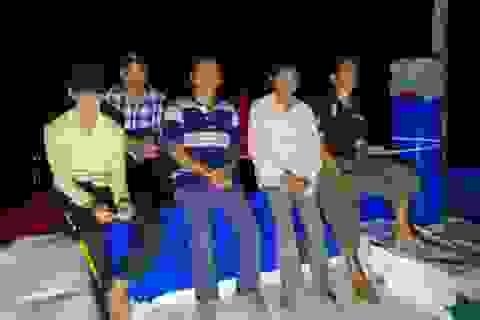 5 ngư dân gặp nạn trên biển đã về đất liền an toàn