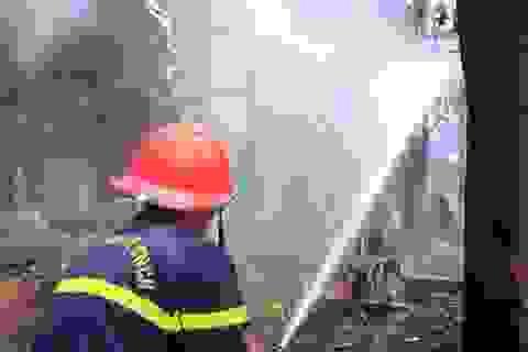 Cháy lớn tại kho chứa đồ gỗ