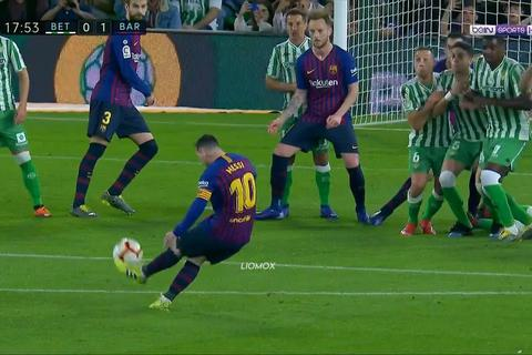 Tài sút phạt của Messi khiến Ronaldinho cũng phải ngả mũ