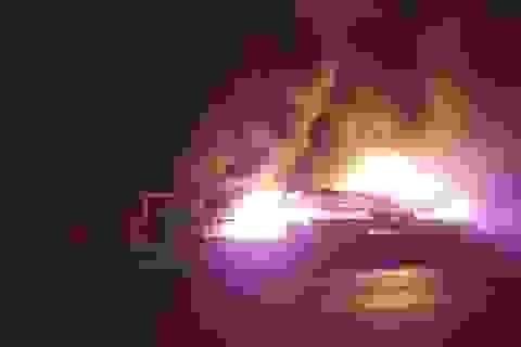 Xe cháy dữ dội lan sang cả nhà dân, 50 hành khách bung cửa tháo chạy