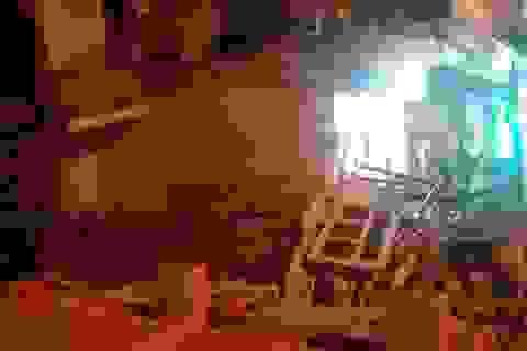 Ngôi nhà 2 tầng giữa khu phố sầm uất bất ngờ đổ sập
