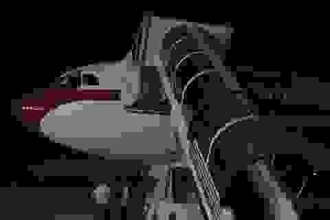 """Thang máy bay quá ngắn, Nhà vua Tây Ban Nha """"mắc kẹt"""" tại sân bay Argentina"""