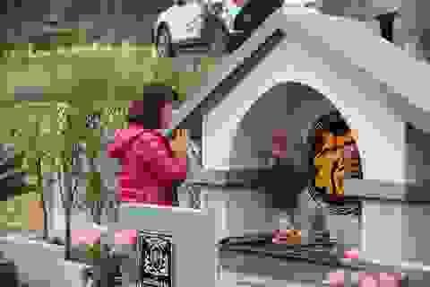 Người dân đi viếng mộ dịp Tết Thanh Minh