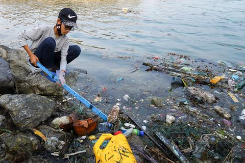 """Hưởng ứng trào lưu """"ChallengeForChange"""", hơn 500 thanh niên đến đảo Lý Sơn dọn rác"""