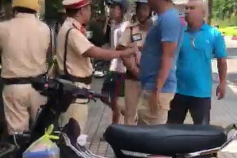 Nam thanh niên gọi người nhà tấn công CSGT khi bị dừng xe