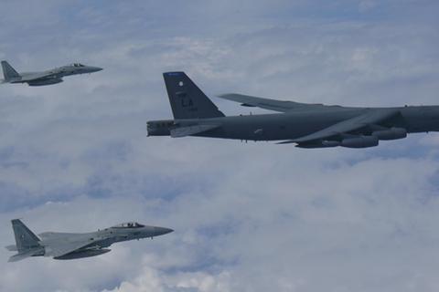 Máy bay ném bom Mỹ - Trung ganh nhau phô diễn sức mạnh tại Thái Bình Dương