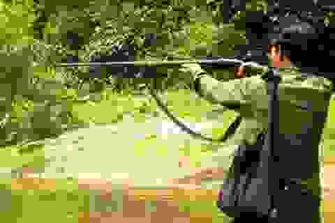 Đi săn thú rừng, bắn trúng người làng