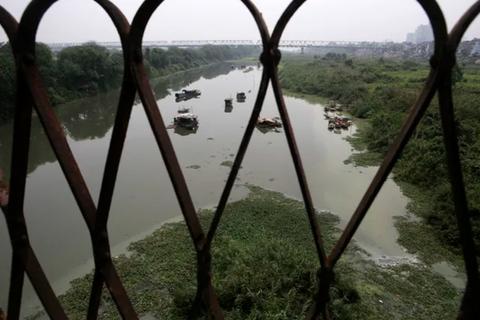 """""""Khúc sông thối"""" dưới cầu Long Biên ô nhiễm nghiêm trọng"""