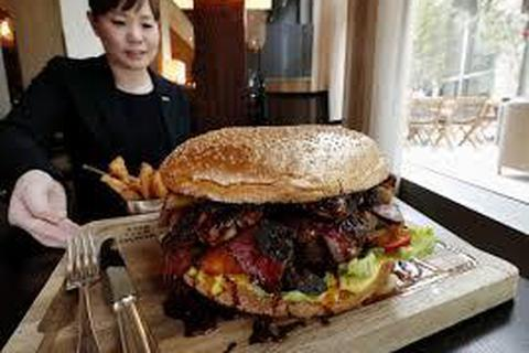 """Mục sở thị chiếc bánh Hamburger """"siêu khủng"""" và siêu đắt"""