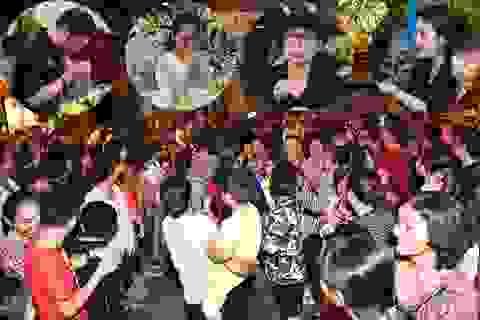 Đám đông cười đùa, nghệ sĩ lặng lẽ tại đám tang Anh Vũ