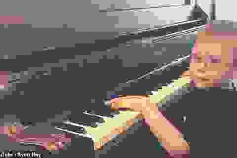"""Clip """"cậu bé mù 6 tuổi đánh piano và hát cực hay"""" khiến dân mạng thán phục"""