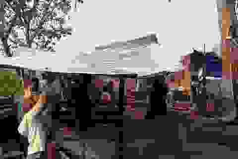 Lốc xoáy hàng chục nhà sập, tốc mái làm một người bị thương nặng