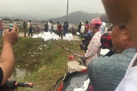 Phát hiện nhiều bao tải chứa gần 1 tấn chất màu trắng nghi ma túy