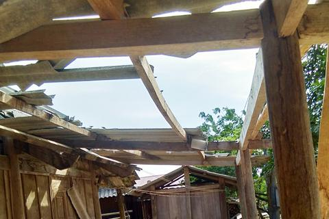 Lốc xoáy kèm mưa lớn làm hư hại hàng chục ngôi nhà