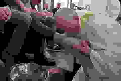 Giáo hoàng rửa và hôn chân tù nhân