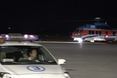Trực thăng vượt màn đêm đưa bệnh nhân từ biển vào đất liền